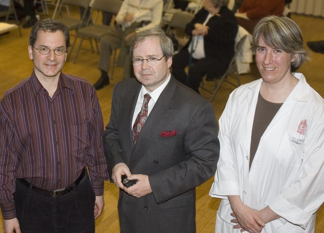 Présent (de g. à d.): Le Dr. Oskar Kasner, ophtalmologiste specialisé en glaucome; le technicien ophtalmique Marc Renaud et l'infirmière Carole Desharmais.