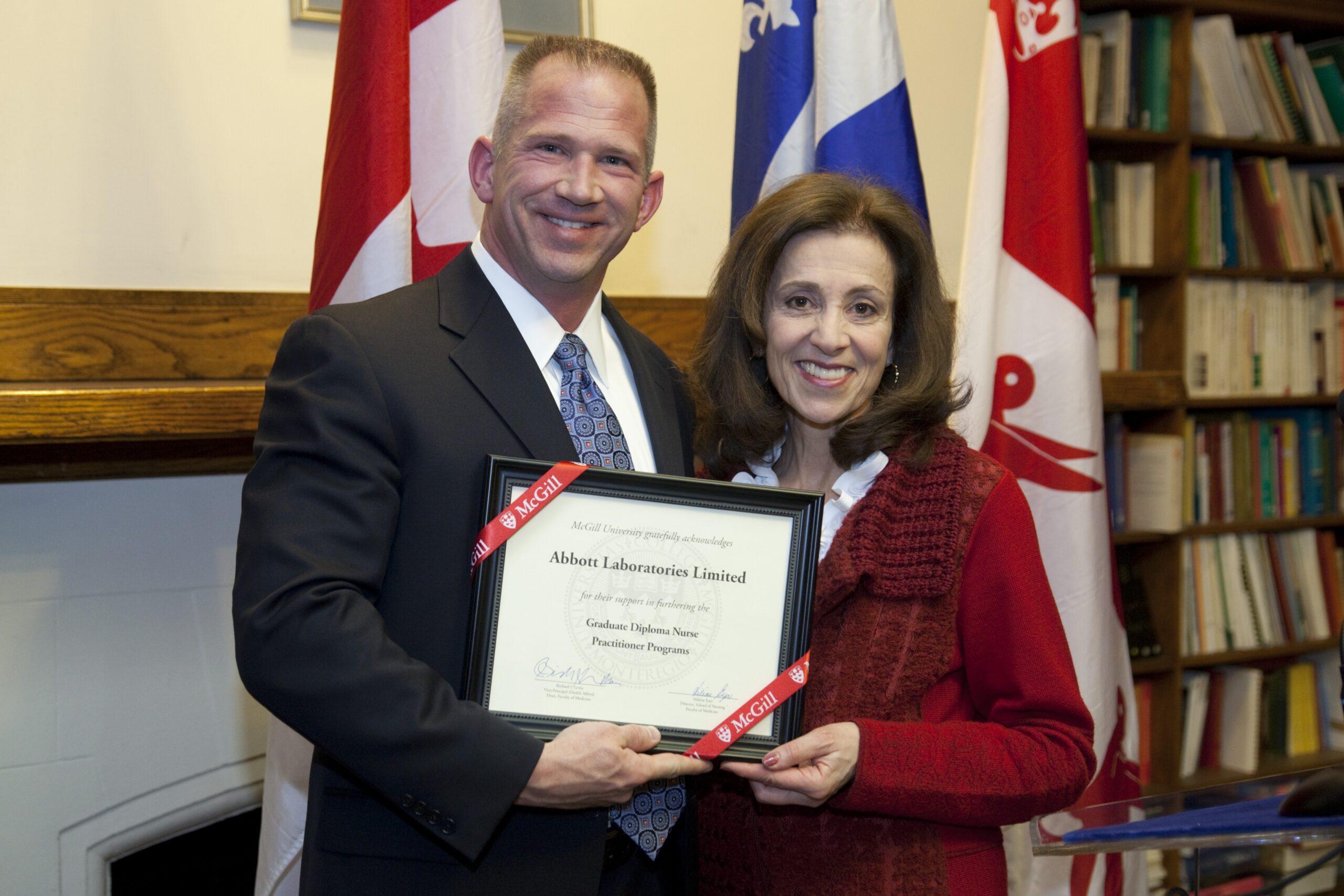 <em><strong>Jeff Devlin, Directeur général d'Abbott Canada et la Dre Hélène Ezer, directrice de l'École de sciences infirmières de l'Université McGill.</em></strong>