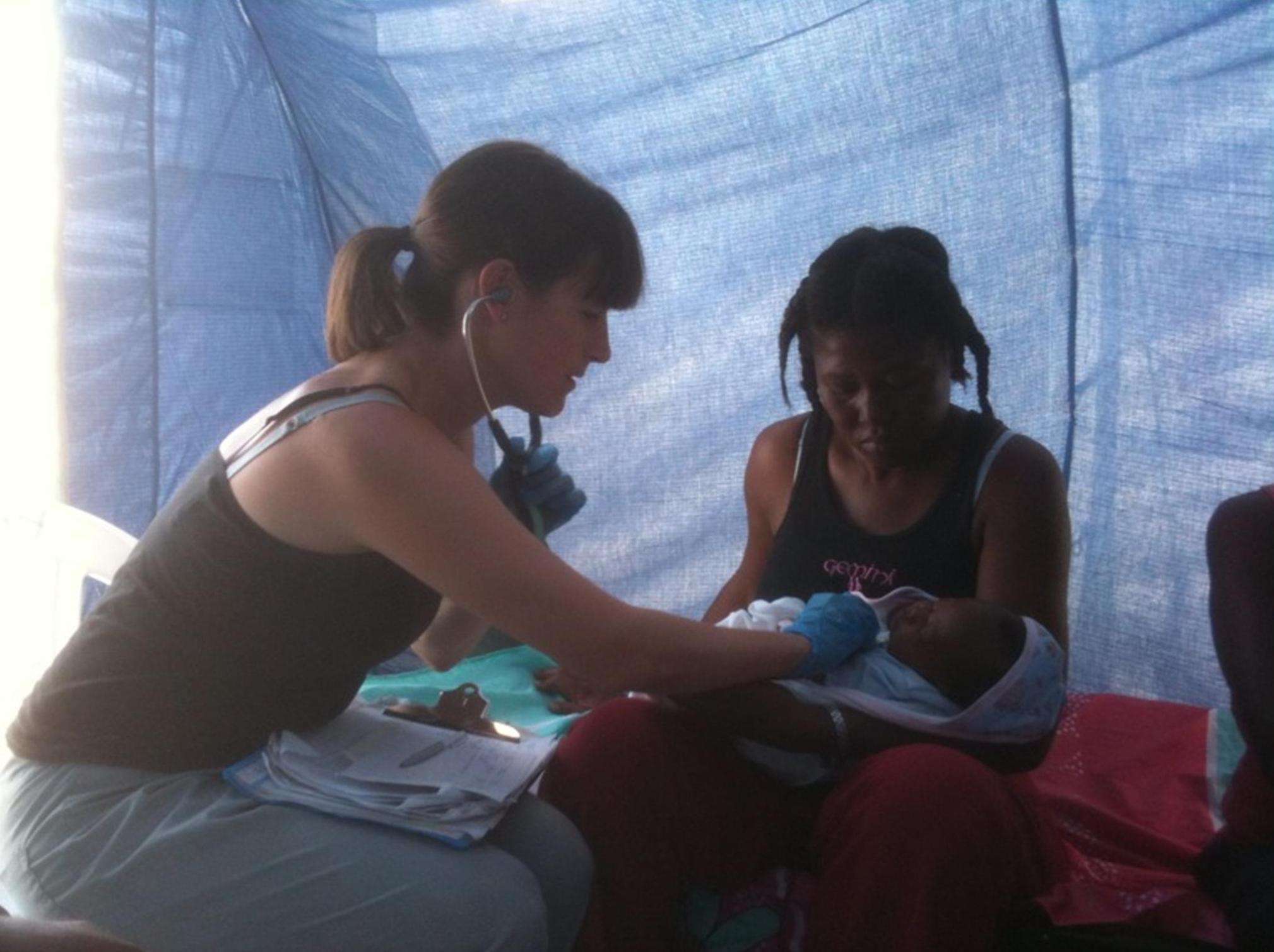 <em><strong>Gillian Morantz avec un patient dans le camp de personnes déplacées à l'interne (PDI). Photo: Gillian Morantz. </em></strong>