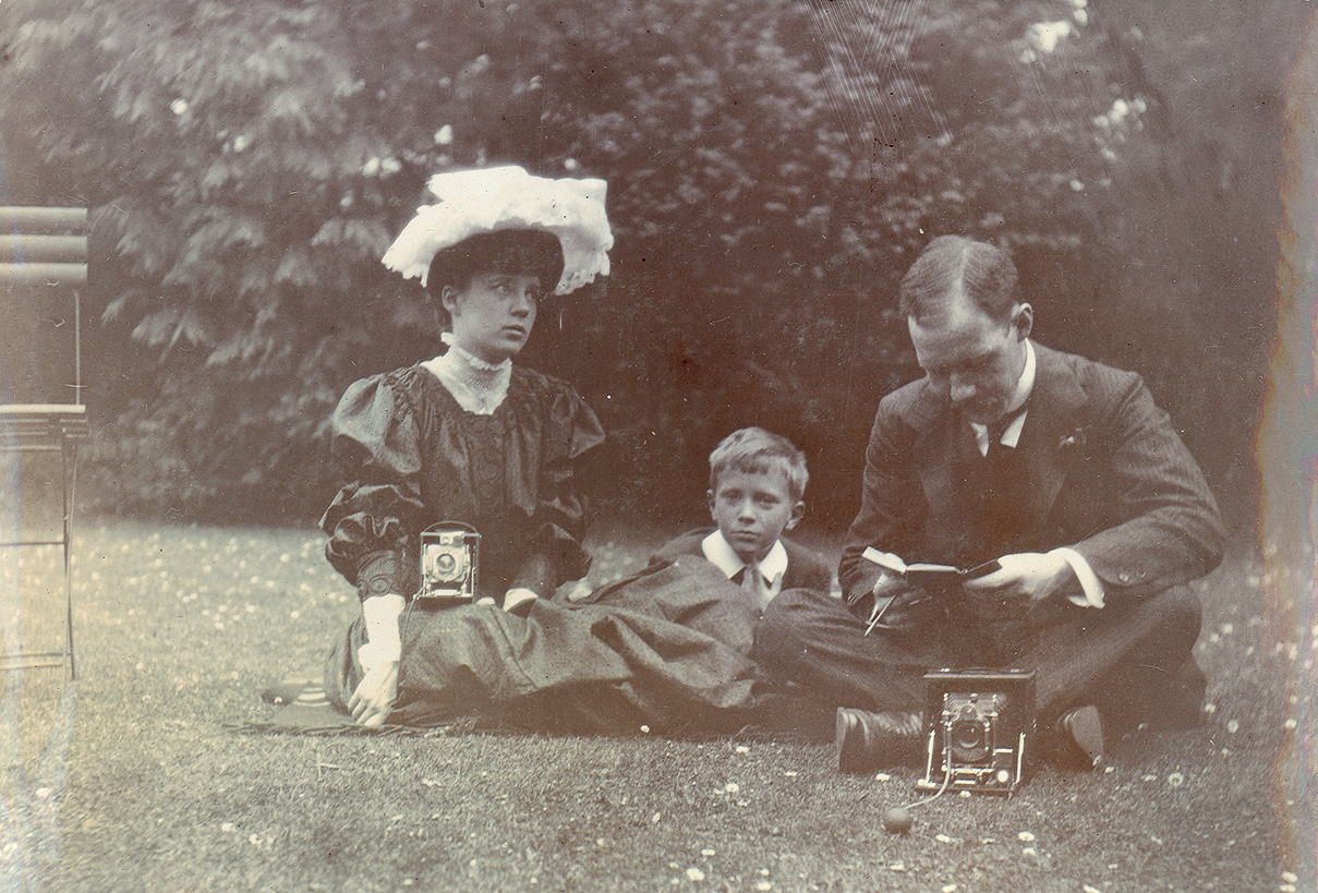 <em><strong>Gwendolen Marjorie Howard with her camera, William Osler's son Revere, and Dr. Colin Kerr Russel in Oxford, 1905 (Photo courtesy Osler Library)</em></strong>