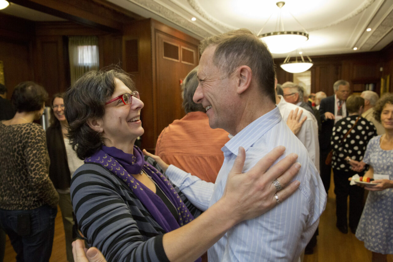 Stephanie Regenold, MDCM'89, reunites with Harry Hausler, MDCM'89, who came all the way from South Africa for Homecoming.(photo: Nicolas Morin)