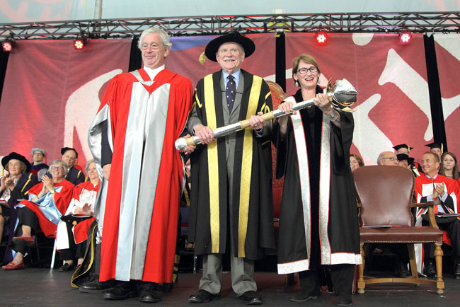 Sir Timothy O'Shea (left), Principal and Vice-Chancellor of the University of Edinburgh, presents Chancellor H. Arnold Steinberg with McGill's new ceremonial mace in 2014. / Photo: Owen Egan